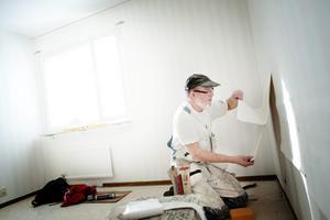 Experthjälp Peter Johansson har varit målare i 39 år. Nu jobbar han på Krafft Måleri.– Att tapetsera är ju det sista man gör, och det roligaste momentet, roligare än att måla.– Det svåraste är när man ska tapetsera i trapphus eller trappuppgångar. Det är oftast då folk behöver ta hjälp av en målare, säger han.
