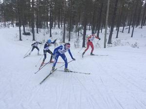 Moa Backlund i en av de långa backarna i Sveg.