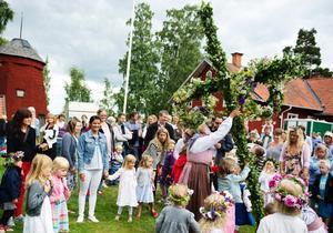 Midsommarfirandet vid Gällersta Forngård började med att resa en mindre stång för barnen.