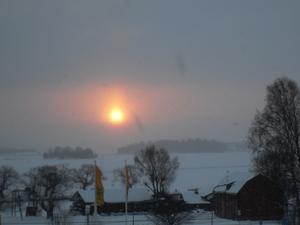Från mitt arbetsrum i lägenheten i gamla fängelset ser jag solen bryta igenom snödiset. Jag tar två bilder med min Samsung L 210 genom fönstret. Det är för kallt för att öppna fönstret och utsätta frugans älskade Saint Pauliblommor för kalldraget men bilden måste tas ögonblickligen. Så blev det!
