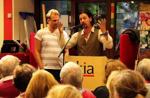 Författarna Martin Svensson och Bob Hansson berättade på Bokens afton om varför de skrev boken Dingo Dingo som handlar om mansrollen och behovet att kramas kravlöst - utan behöva prestera.