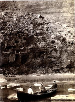 Axel Hamberg skrev den första klassiska guideboken om Sarekfjällen. Fotografiet vid en samiska offerplats togs 1918 av den stora fjällfotografen Borg Mesch.