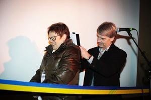 Vindins vd Anders Lyberg tog stöd av kommunalråd Elvy Söderström, när avtalet om bygdepeng eller så kallad Vindbonus skulle undertecknas. Det var en symbolisk gest.