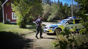 Johanna Möller har åtalats för att ha hotat två förhörsledare när hon förhörts om mordet på fadern och mordförsöket på sin mor.
