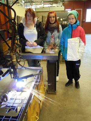 Carolina Hadin, Sofie Jansson och Linus Elmersiiö tittade på plasmaskäringsmaskinen.