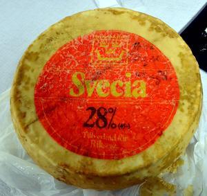 Ovanpå osten finns en hel del information genom etiketten. Man kan läsa att det är en 28 procentig Svecia som är Runmärkt, vilket betyder att den är kontrollerad och godkänd. På sidan av osten finns både ystnummer och mejerinummer som berättar att den är tillverkad av Kalmar mejeri 1968.