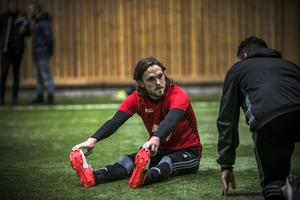 Tom Pettersson får några goda råd och tips av nye klubbkamraten Hosam Aiesh.