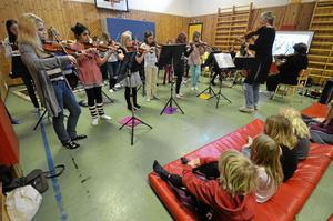 Under den här veckan är Kulturskolan i Kumla ute på en spelturné på kommunens alla grundskolor. På tisdagen var det orkestrarna Tonerna och Lilla Kammarorkestern som visade upp sitt kunnade för eleverna på Norrgården.