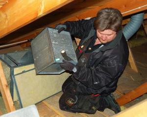 I många moderna hus sitter ventilationsaggregatet på vinden. Här plockar Jonas Olofsson loss värmeväxlaren som kräver återkommande rengöring. Foto: Lars Dahlström