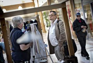 På hemmaplan. Jan Zetterqvist, S-ledamot i kommunfullmäktige, på torget i Vivalla centrum är en mötesplats där Margit Andersson startat en marknad en dag varannan vecka.