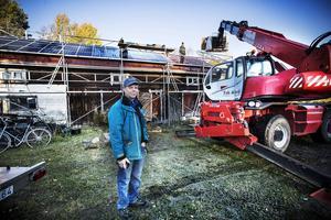 Hans Månsson i Torvalla by framför den ladugård som snart är en fullfjädrad solenergianläggning. Om tio år är anläggningen betald.