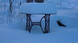 Symaskinen Singer i snön.