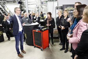 Berättelsen om Kopparbergs bryggeri. Ett företag som bara växer. Platschef Rickhard Voigt berättar om företagets stabila utveckling för ministrarna.