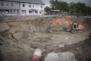 Arbetet med saneringen har varit omfattande, hela 2000 kubikmeter jord har fraktats från platsen. Under veckan skall frisk och fräsch jord fylla det stora gapet i Gamla stan i Ljusdal.
