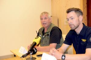 Sven Brunberg är parkchef på Orsa rovdjurspark, här tillsammans med räddningstjänstens Peter Bäcke.