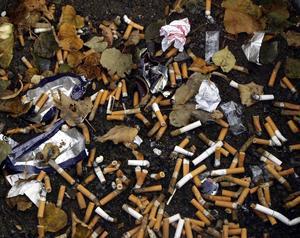 Mannen kräver kommunen på pengar på grund av rökning på arbetsplatsen som har gjort honom lungsjuk.