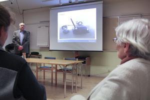 Björn Berg, informationschef på Telia Sonera, blev i Mars i år inbjuden till Harsagården för att informera byborna om bytet från fast telefoni till mobil telefoni. – Det är det största som hänt sedan vi byggde telenätet för 70 år sen, sa han under mötet.