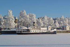 Ångaren Thoméeen dag då turen till Andersön är helt omöjlig att genomföra. Man får drömma om den sommar som kommer och njuta av en vacker vinterdag. Foto: C-G Jämteby