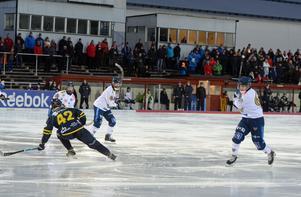 Patrik Allanssson-Roos och Pekka Rintala måttar för skott.