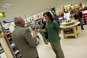 Josefina Götehed välkomnade Jan Berglund till den nya systembutiken i Gallerian Nian med ett glas bubblande förfriskning. Foto: NICK BLACKMON