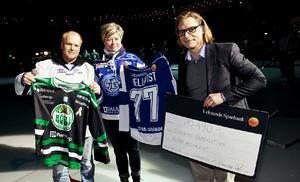 Inför stående ovationer överlämnades checken före nedsläpp när Leksands IF i går kväll mötte Rögle i Ängelholm. Längst till höger förre Rögletränaren Björn Hellkvist.
