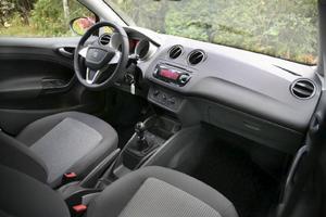 Runda ventilationsmunstycken i stället för rektangulära, annars påminner det mesta av interiören om syskonbilen VW Polo.