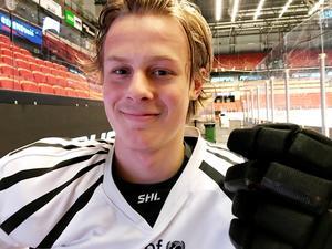 Adam Boqvist, 17, gjorde ett gott intryck när han för första gången fick spela med det äldsta juniorlandslaget. Sverige vann alla tre matcher i Ryssland.