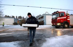 ALLT ÄR FÖRKOLNAT. Hyresgästerna fick gå in i sina lägenheter när brand var släckt. Sune Eriksson kom tillbaka med en låda med lite kläder.