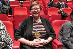 Den administrativa assistenten vid Hammarstrands hälsocentral, Cina Eriksson, var glad efter uppmuntringspriset och medaljen.