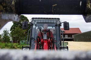 Under sommarhalvåret arbetar Erik Olsson som bonde, under vinterhalvåret åker han skidor på elitnivå.