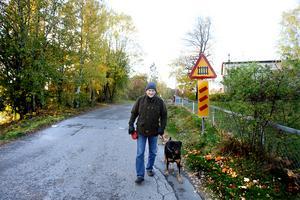 Björn Franksson, moderatpolitiker och Furuviksbo, tror inte att alla som bor längs dagens järnvägsspår är ledsna för att det ser ut att bli kvar.