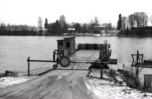 På nyårsafton är det 35 år sedan Översätra färja stängdes för gott. Färjan ligger här på norra sidan av älven. Foto:Roland Berg