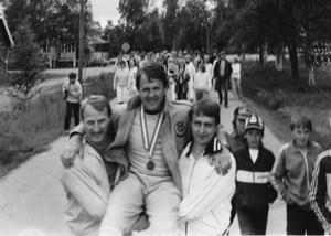 På starka axlar bars Kurt Henningsson, Härjedalens förste OS-guldmedaljör, från hemgården mitt emot affären till byns GT-lokal i Hedeviken. Året var 1984.