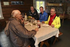 På Flottarmuséet i Linsellborren bjöd länsstyrelsen på kolbulle och kaffe. Ett femtiotal gäster dök upp och höll sig mest inomhus i flottarstugan.