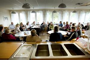 Det blev en stundtals het diskussion i skolmatsalen i Österfärnebo när kultur- och fritidsnämndens förslag till nytt bibliotek presenterades.