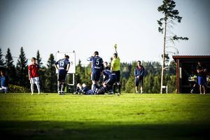 IFK Östersund 2 bjöd Ås på en riktig fotbollslektion – men här är det en IFK-spelare som välförtjänt får ett gult kort efter ett synnerligen fegt närkampsspel.