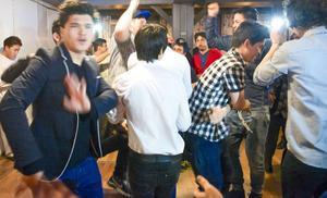 När nyårsdansen börjar delas rummet i två så att damer och herrar dansar var för sig.