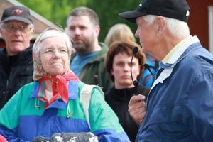 Sven-Erik Eriksson ledde byvandringen genom Viksjöfors. Till sin hjälp hade han mikrofon och högtalare.
