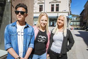 Aladdin Latif, 18, studerande, Sundsvall, Moa Åslund, 16, studerande, Sundsvall och Ronja Persson, 17, studerande, Sundsvall.   – Det kan säkert funka med dejting via Facebook. Det finns ju de som hittat kärleken på Tinder, så varför inte? Men det är nog bättre att ses face to face och kanske träffas genom kompisar. Det blir inte lika stelt.