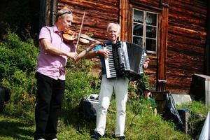 Bröderna Bertilsson, Lars-Ove och Per-Olov, underhöll med musik på fiol och dragspel både vid Ololsvallen i samband med invigningen och senare vid Lassasvallen (bilden).