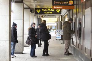 En vanlig syn. Från och med den 20 februari tar Swedbank bort kontanthanteringen på sina kontor. Då blir automater bankens enda alternativ att få eller sätta in pengar. På Swedbank håller man för närvarande på att bygga om lokalerna inför framtidens automater.Foto: Margareta Andersson