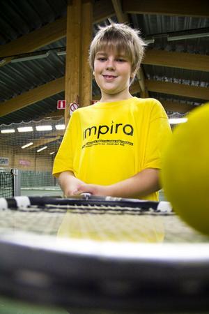 Henrik Lund fick chansen att testa på tennis och fem andra sporter. – Kul att man får testa och se vad man vill vara med på. Pingisen var rolig för att bordet är så litet, säger han.