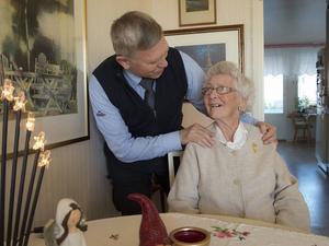 Varken mormor eller mormon. Däremot troende enligt Svenska kyrkans vis – och farmor flera gånger om. Ulla Holmbom och hennes son Håkan Stegeby håller av varandra mycket, trots olika ställningstaganden i livet.