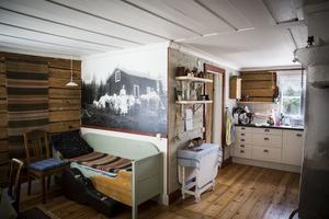 Fototapeten påminner Christina Borgh Engman om hur hennes släktingar levde i Södra Halån. Bilden hittade hon i Jamtlis fotoarkiv.