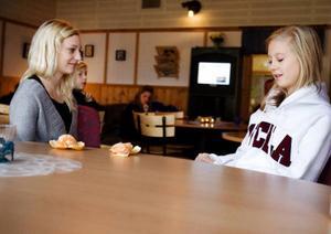 Olivia Gabrielsson och Eveline  Nilsson brukar jobba i kafeterian på Lillsjögården. Om inte fritidsgården skulle vara öppen blir det panik menar Eveline.