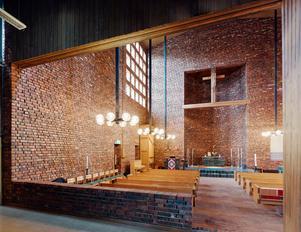 Den grönskimrande slaggstenen formar altare, predikstol, dopfunt och podium i Vikmanshyttans kyrka - en djup samhärighet med bruket i byn.