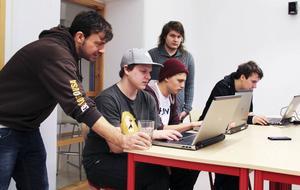 Läraren Daniel Bozi hjälper eleverna att skapa webbsidan för konstprojektet He-Arts.