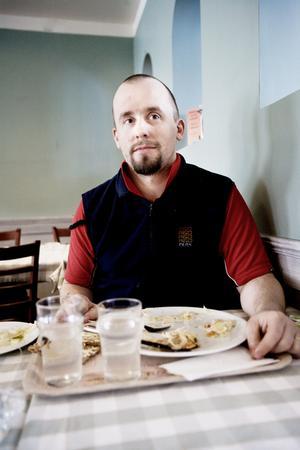 Micke Dahlström äter lunch ute en eller två gånger i veckan. Han vill ha rejäl mat och äter helst husmanskost. Lunchpriserna tycker Micke är okej, åtminstone på bufférestauranger där det går att ta påfyllning.– På en del ställen är portionerna för små, då tycker jag att det blir för dyrt.