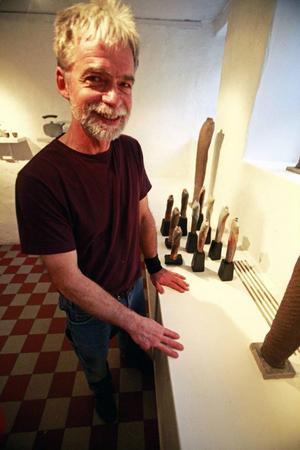 Drejeriets utställningsrum har blivit en haikudikt i händerna på Ohiofödde Steven Jones, som visar vedeldad keramik med starka japanska influenser