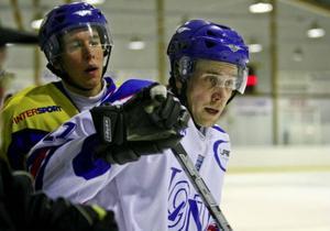 Henrik Ring i närkamp med en LN-spelare.Foto: Thomas Jarnehill
